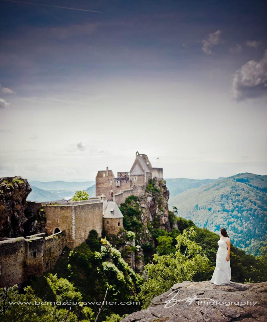 Burgruine Aggstein mit Braut im Hochzeitskleid.